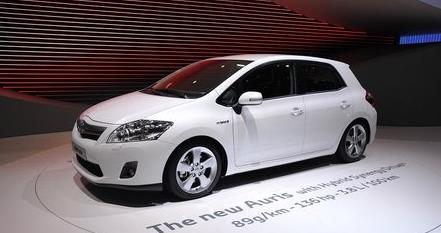 新款丰田Auris令人信服的头部并吸引人的心