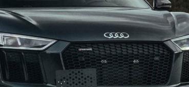 奥迪R8戴着深色的灰色和Brixton Forged定制轮毂