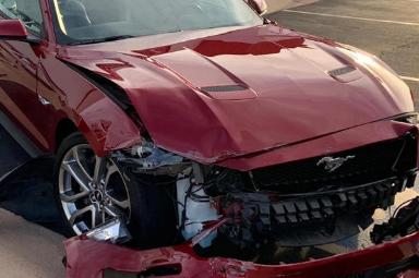 租来的福特野马撞上了道路上最昂贵的汽车之一