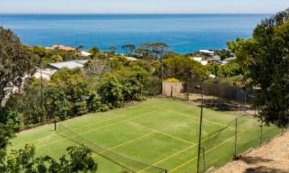一对年轻夫妇以140万美元的价格购买了玛莎山的网球场和空地