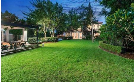 布里斯班郊区托斯卡纳风格的豪宅在拍卖会上拍出了690万澳元的高价